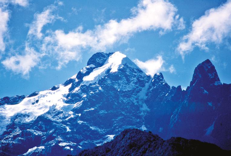 Le sommet splendide du Nevado de la Veronica, culminant à 5 780 m, escaladé en 1956 par Lionel Terray. On l'aperçoit parfaitement lorsque l'on escalade de Huyana Picchu.
