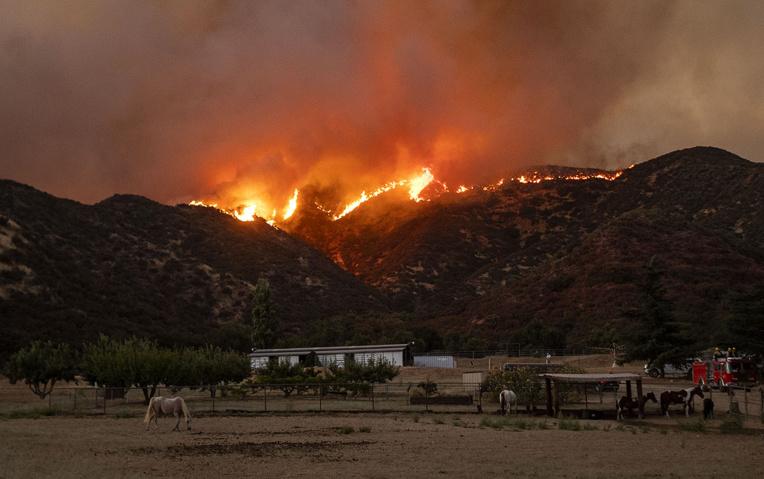 Californie: les pompiers peinent à contenir un incendie à l'est de Los Angeles