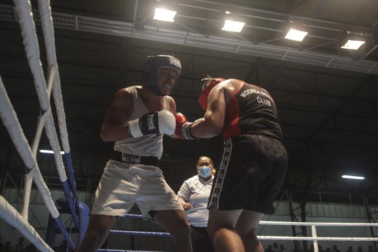 Après deux rounds bien maitrisés, Gabriel Dauphin (en blanc), champion de Polynésie en titre chez les -81 kg, a eu plus de mal dans la troisième reprise face à Doug Grand-Pittman.
