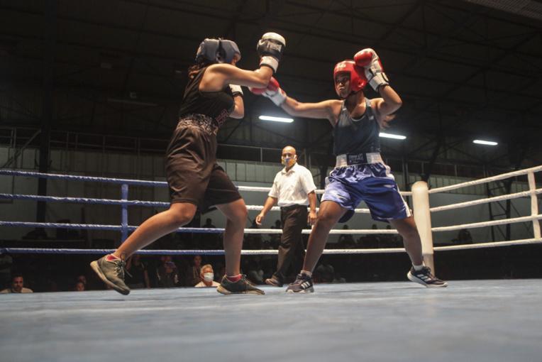 Huit combats féminins étaient également au programme de la soirée. Sur la photo la confrontation entre Herehau Dellapina (15 ans), vice-championne de Polynésie dans la catégorie des -60 kg, et Tehani Teuira
