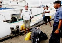 André Rambaud, de 79 ans, arrive à quai à Suva ce week-end après son sauvetage (Source photo : Fiji Times)