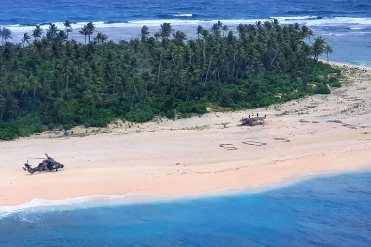 """Pacifique: trois naufragés sauvés par leur """"SOS"""" écrit sur la plage"""