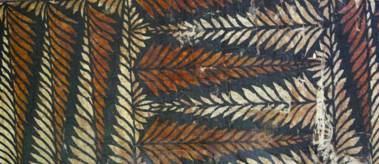 Depuis des siècles, dans tout le triangle polynésien, les tapa fabriqués à partir d'écorces battues étaient teints à partir des plantes tinctoriales de nos îles. Sur notre photo, un ancien tapa tongien.