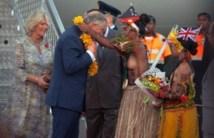 Charles et Camilla séduisent les Papous