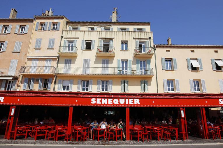 A Saint-Tropez, l'emblématique café Sénéquier ferme après deux cas de Covid
