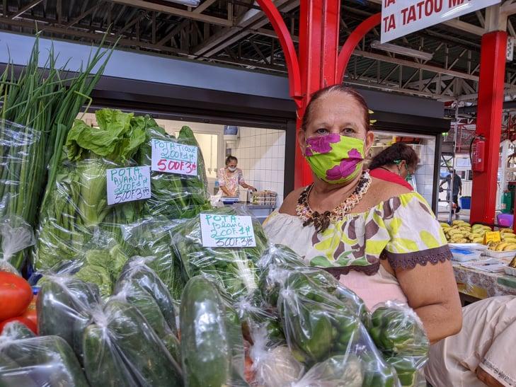 Isabelle est fleuriste depuis 35 ans au marché.