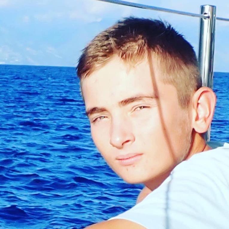 Le jeune Eddie faisait un tour du monde en voilier avec ses parents lorsque le drame a eu lieu.