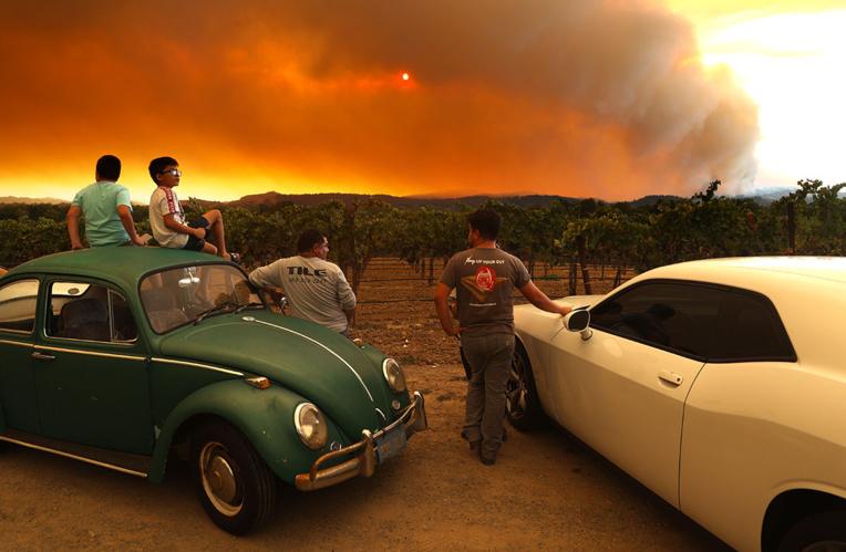 Près de 240.000 déplacés par les feux de Californie, les renforts arrivent