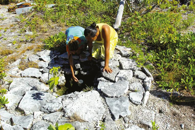 Une source procure de l'eau douce à volonté sur l'atoll de Kauehi ; jadis, c'est ici que les habitants venaient satisfaire leurs besoins en eau potable, avant que les tôles des toits et les citernes ne leur en fournissent (sans doute de moins bonne qualité d'ailleurs).