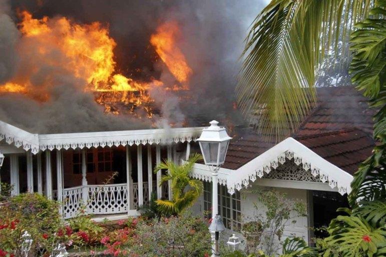 Vetea : les photos de la villa de Gaston Flosse ravagée par un incendie
