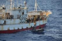 Les équipes de contrôle quittent un navire de pêche.