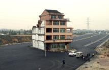 """Chine: une """"maison clou"""" au milieu d'une autoroute"""
