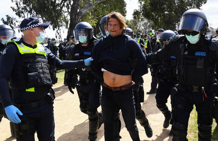 Australie: des dizaines de manifestants anti-restrictions liées au coronavirus arrêtés