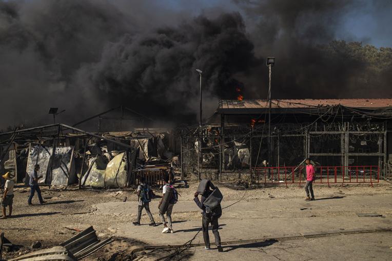 Grèce: des milliers de migrants sans abri après un énorme incendie dans le camp de Lesbos