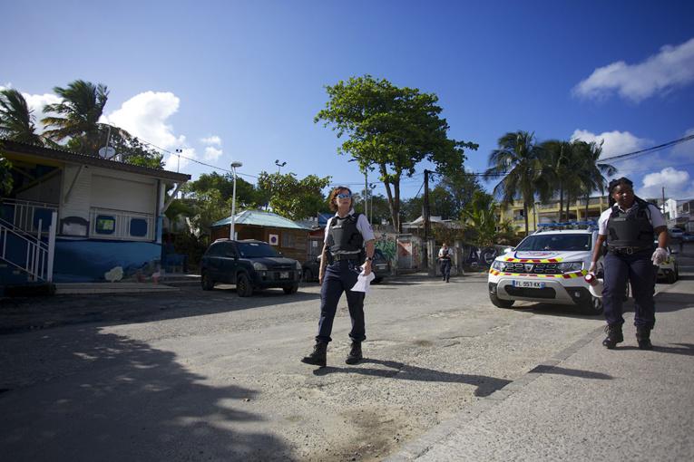 """Virus en Guadeloupe: nouvelles restrictions avant un """"plan d'action"""" lundi"""