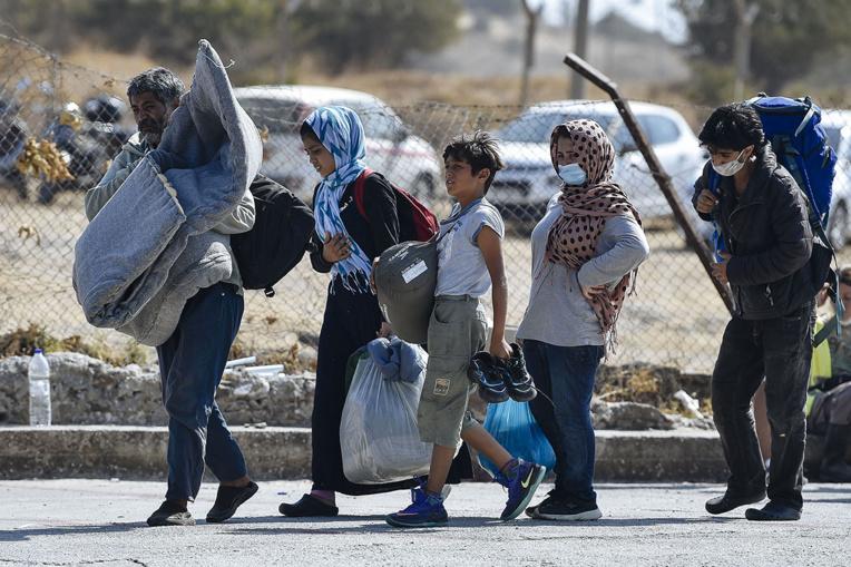 """Le gouvernement grec accuse des migrants d'avoir """"brûlé"""" le camp de Moria à Lesbos"""