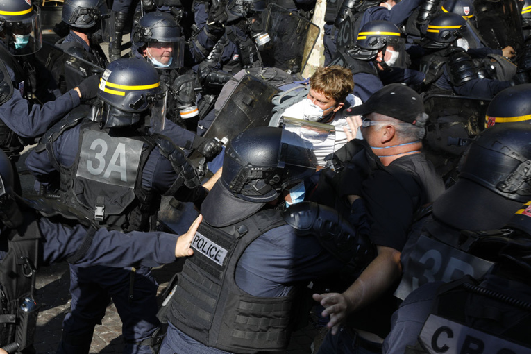 """Pour leur rentrée, faible mobilisation des """"gilets jaunes"""", quelques tensions"""