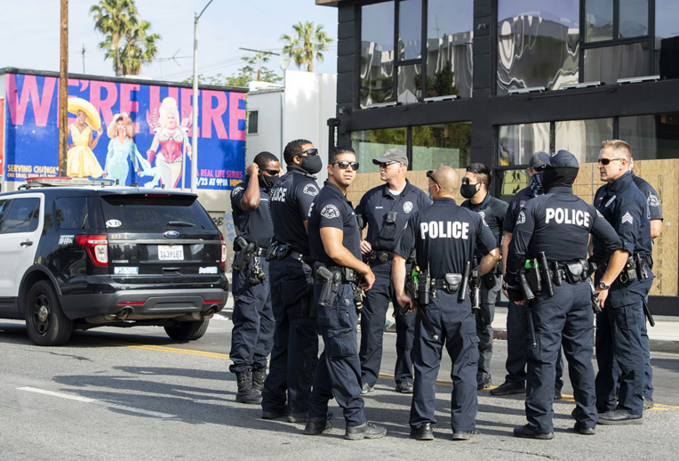 Un homme ayant grièvement blessé deux policiers activement recherché en Californie