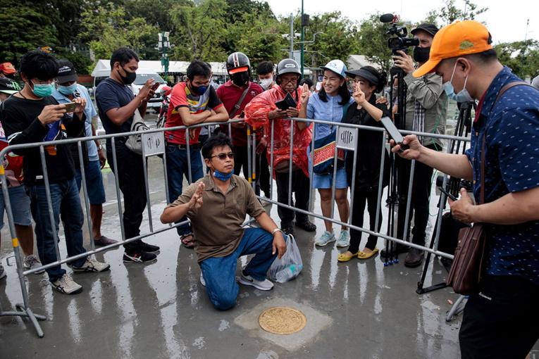 """Thaïlande: retrait de """"la plaque du Peuple"""", signe de défi à la monarchie"""