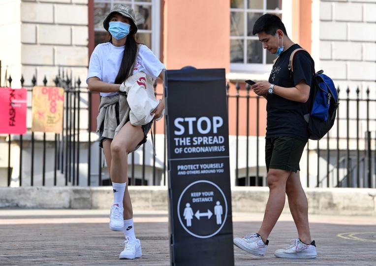Virus: record hebdomadaire de contaminations dans le monde, l'Angleterre serre la vis