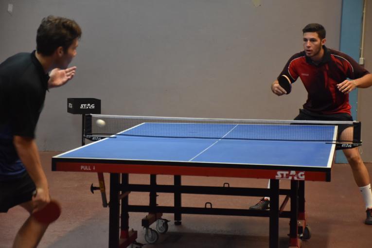 Bydhir Carnet (en rouge) a été très impressionnant en finale, en infligeant notamment un 11-1 à Heimanarii Lafortune lors du premier set.