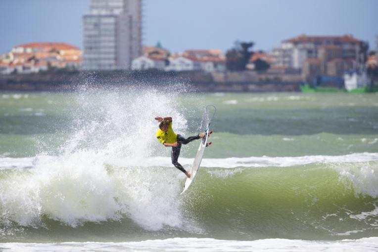 Kauli Vaast, très aérien, a notamment obtenu une note de 9.97 en finale. (© Fédération française de surf)