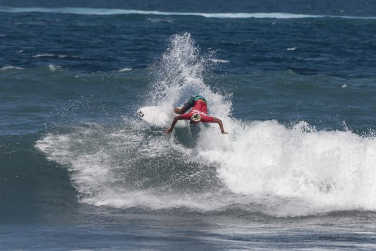 Le natif de Papara, Teiva Tetahio (18 ans) a montré toute sa connaissance du spot de Taharuu en s'offrant la meilleure note du week-end un 17.17.