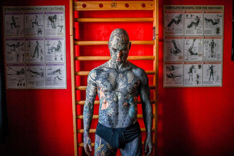 Sylvain Hélaine alias Freaky Hoody, instituteur le jour, star du tatouage la nuit