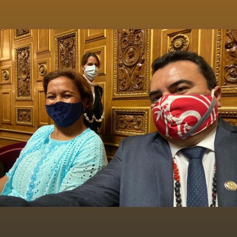 Les sénateurs polynésiens Lana Tetuanui et Teva Rohfritsch, jeudi au Sénat pour la séance d'ouverture de la session ordinaire 2020-2021. (Photo : Facebook Teva Rohfritsch).