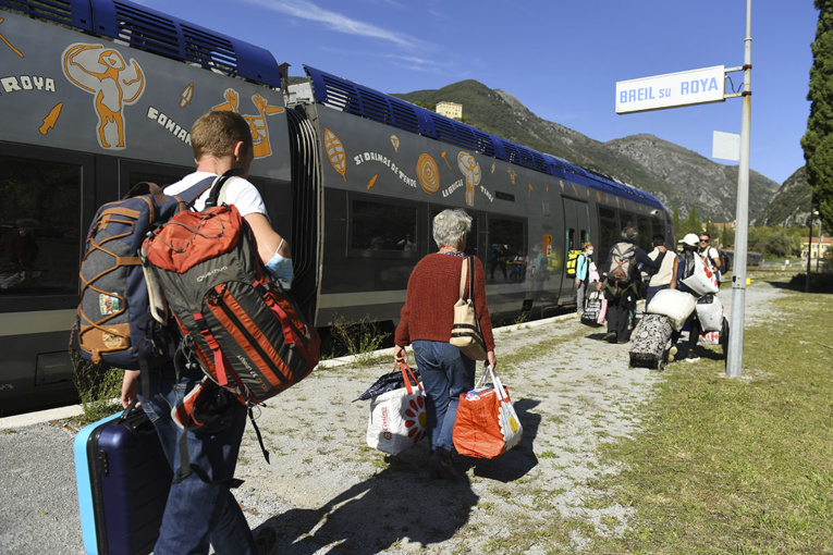 Crues meurtrières: retour du train dans deux villages, des écoles rouvertes