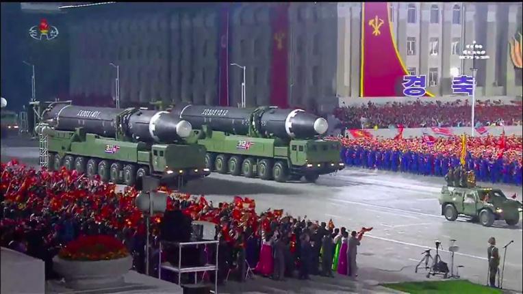 La Corée du Nord menace en dévoilant un nouveau missile géant, selon des experts