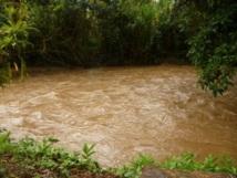L'eau boueuse des rivières charrie des microbes. Eviter de marcher dans les rivières et les flaques d'eau.