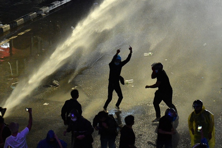 La police disperse des centaines de manifestants pro-démocratie à Bangkok