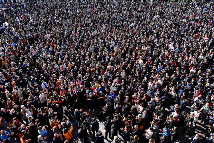 Quelque 5.000 personnes, selon la FSU, se sont rassemblées place du Capitole à Toulouse à l'appel des syndicats enseignants pour rendre hommage à Samuel Paty.