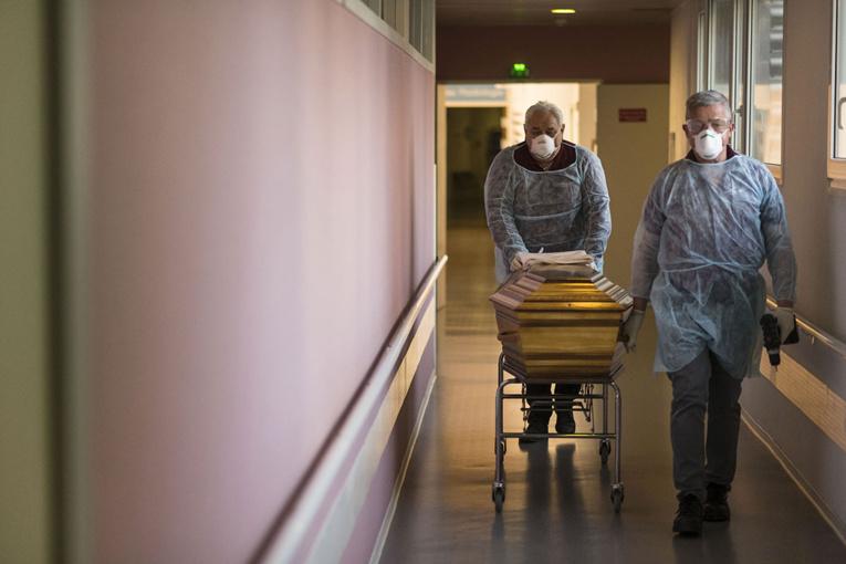 La France a recensé samedi un record de plus de 32.000 nouveaux cas et 90 décès.