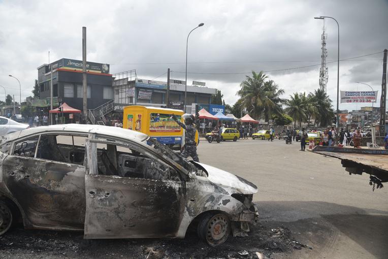 La Côte d'Ivoire plonge dans la crise préélectorale avec sept morts près d'Abidjan