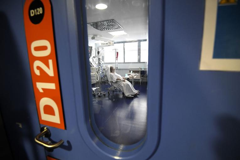 """Covid-19: le """"plan blanc"""" déclenché dans tous les hôpitaux du Grand Est"""