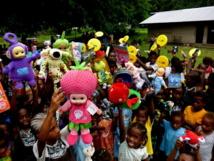 Les enfants de l'île de Tutuba (Santo) et les jouets collectés par le groupe Facebook « Espirit d'Aventure « (Source photo : Facebook)