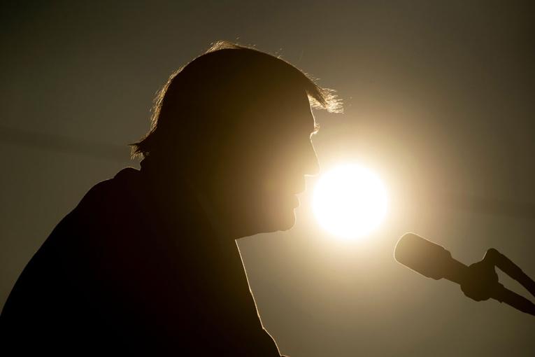 A J-7, Trump ne veut plus entendre parler du virus, principal atout de Biden