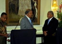 Le Président de la République fidjienne, Ratu Epeli Nailatikau et le Contre-amiral Premier ministre Franck Bainimarama lors d'une intervention conjointe, jeudi 10 janvoier 2013. (Source photo : ministère fidjien de l'information).