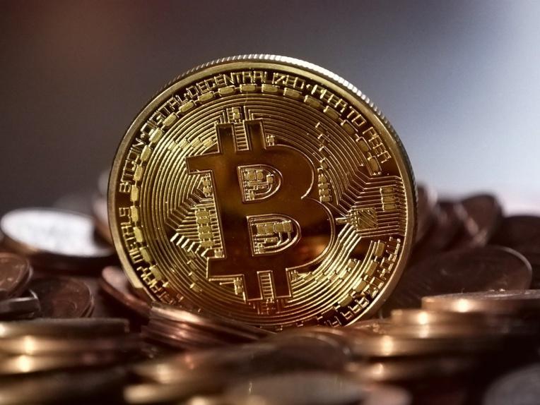 """""""Or numérique"""" ou actif à risque: le bitcoin flambe mais le débat continue"""