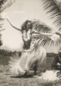 Une vahine (Jeanine), un cocotier, sur fond de lagon; en un cliché, Sylvain a su redonner au mythe de Tahiti toute son aura; et cette fois-ci, on peut voir des images du paradis...