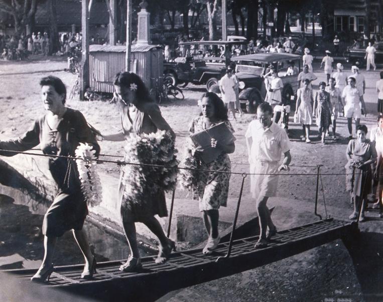 27 octobre 1946: l'une des toutes premières photos de Sylvain à Tahiti, l'arrivée au quai de Papeete et la montée à bord des jeunes filles venant offrir des colliers de fleurs aux nouveaux arrivant; On reconnaît Jeanine Vidal, deuxième sur la passerelle.