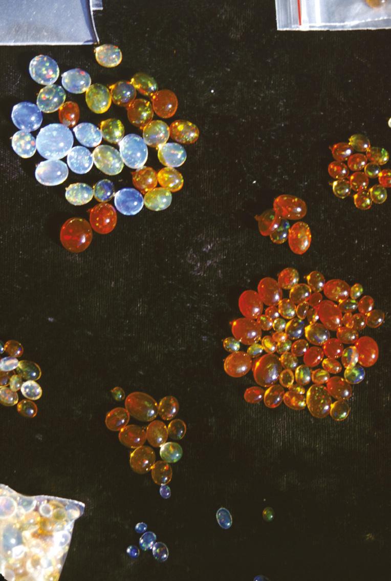 Vous êtes plutôt opales précieuses (multicolores) ou opales de feu (orange) ?