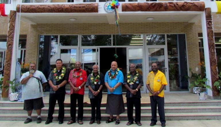 Les dirigeants du Groupe Mélanésien Fer de Lance devant le siège de cette organisation à Port-Vila.