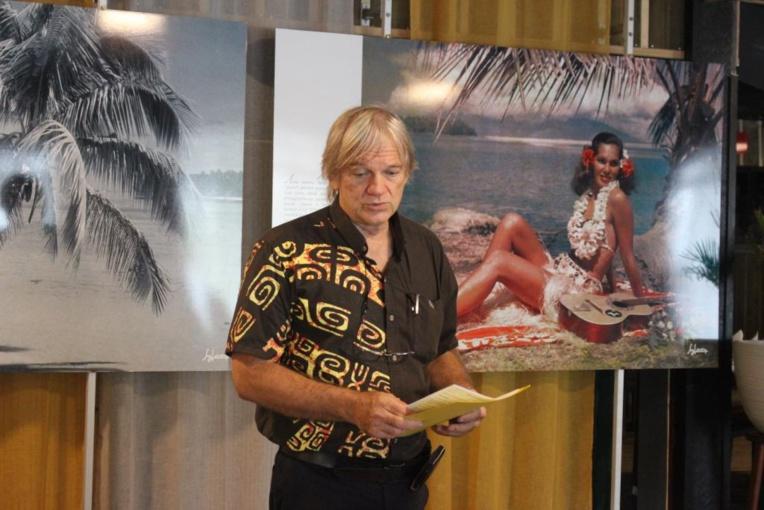 Teva devant une photographie de son père. Première photo prise en couleur en Polynésie.