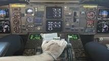 Un co-pilote s'endort en vol, le pilote bloqué en dehors du cockpit