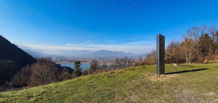 Mystère autour d'un éphémère monolithe de métal en Roumanie