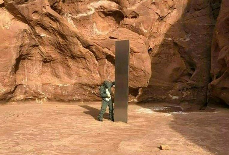 USA: le mystérieux monolithe a été démantelé et évacué dans une brouette