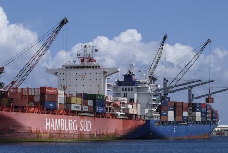 La présence simultanée de deux cargos chargés de conteneurs frigorifiques a montré la limite des branchements électriques prévus à quai en zone sous douane, mardi et hier.